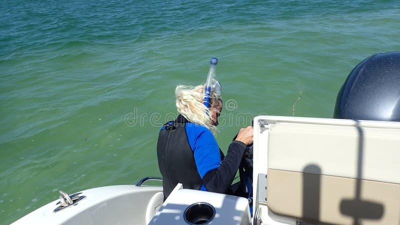 Να κολυμπήσει με αναπνευτήρα μακριά μιας βάρκας στο Κόλπο του Μεξικού στο σαφές νερό μια ηλιόλουστη ημέρα στοκ εικόνες
