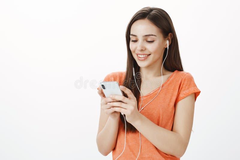 Να κουβεντιάσει με το φίλο για το μελλοντικό σχέδιο μέσω του smartphone Πορτρέτο του ευτυχούς χαμογελώντας ευρωπαϊκού θηλυκού στη στοκ φωτογραφίες με δικαίωμα ελεύθερης χρήσης