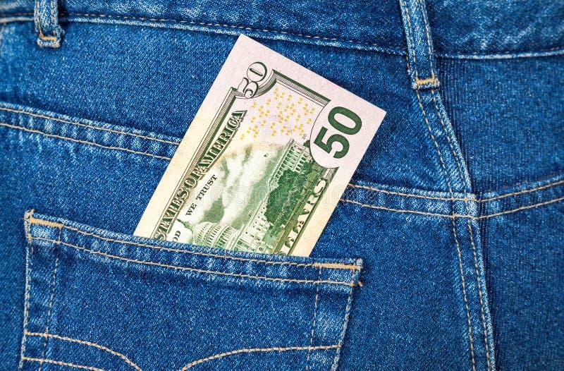 Να κολλήσει λογαριασμών πενήντα δολαρίων από την τσέπη τζιν στοκ φωτογραφία