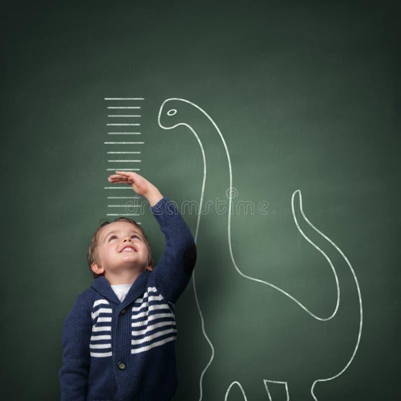 Να μεγαλώσει πιό ψηλή από έναν δεινόσαυρο στοκ εικόνα