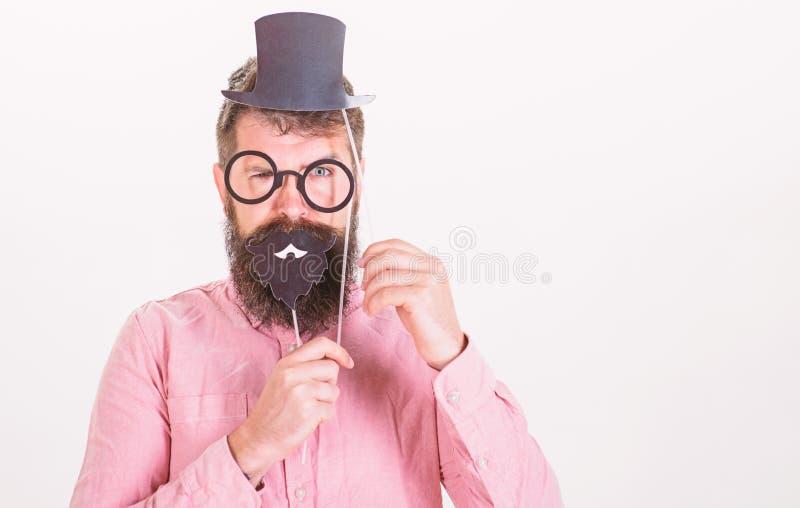 Να ντύσει σας κάνει καλά να φανείτε ευφυέστερους Τεχνάσματα για να φανεί ευφυέστερος Τοπ καπέλο χαρτονιού hipster ατόμων γενειοφό στοκ εικόνες