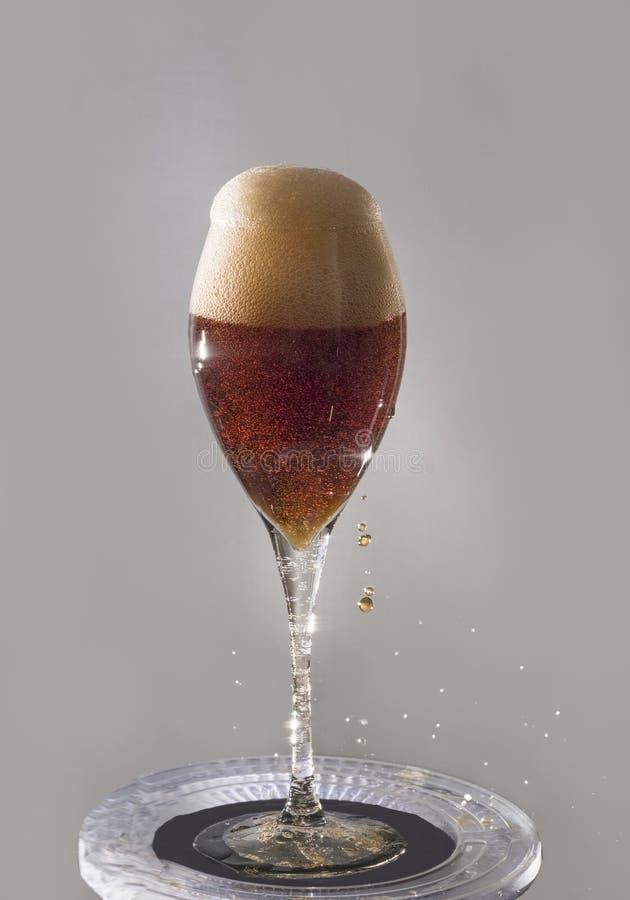 Να ξεχειλίσει με ένα ποτό και έναν αφρό στοκ φωτογραφία με δικαίωμα ελεύθερης χρήσης