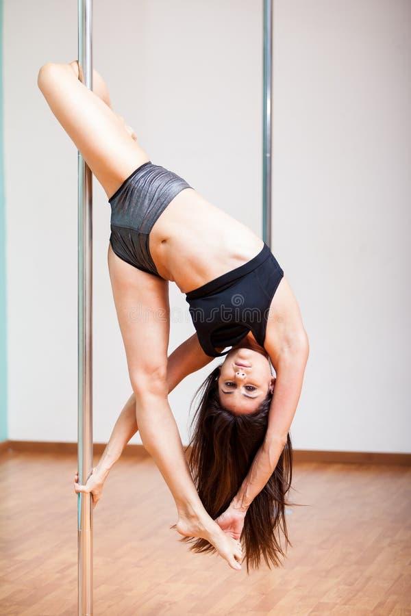 Να δοκιμάσει μερικές νέες κινήσεις χορού πόλων στοκ φωτογραφίες