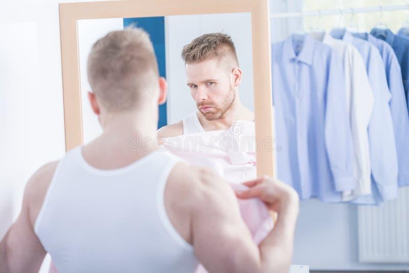 Να δοκιμάσει το νέο πουκάμισο στοκ φωτογραφία με δικαίωμα ελεύθερης χρήσης
