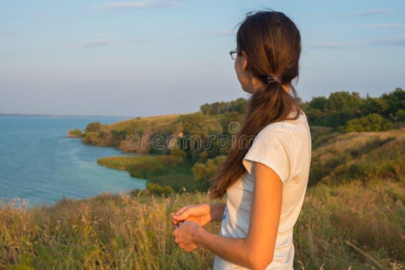 Να ονειρευτεί τις στάσεις γυναικών μεταξύ της πολύβλαστης χλόης στην ακτή στοκ φωτογραφίες με δικαίωμα ελεύθερης χρήσης