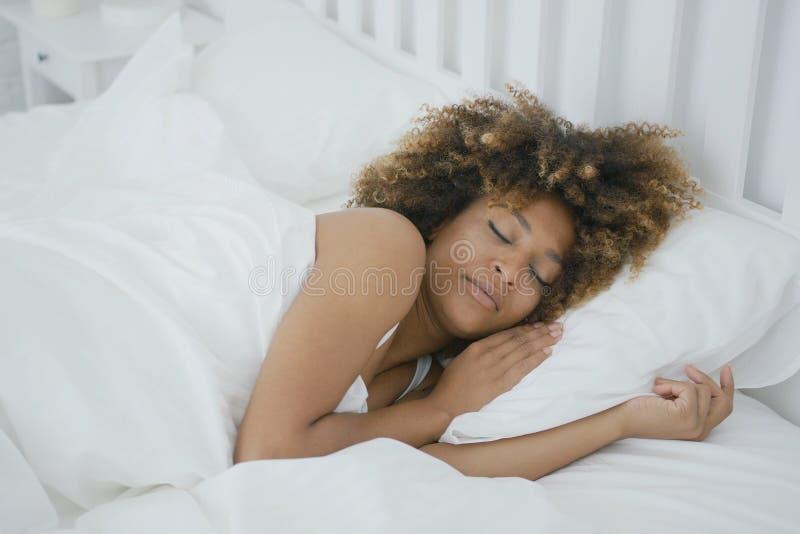 Να ονειρευτεί ύπνος γυναικών στο κρεβάτι στοκ φωτογραφίες