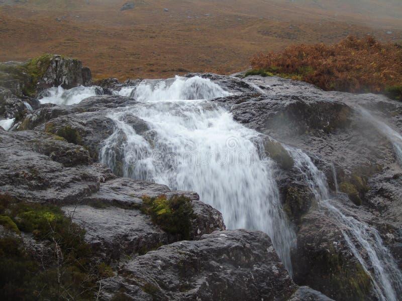 Να ορμήξει ροές νερού πέρα από τους βράχους που καλούνται μελέτη σε Glencoe στοκ φωτογραφία με δικαίωμα ελεύθερης χρήσης