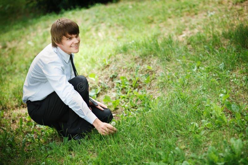 να πάρει ατόμων λουλουδ&iot στοκ φωτογραφίες με δικαίωμα ελεύθερης χρήσης
