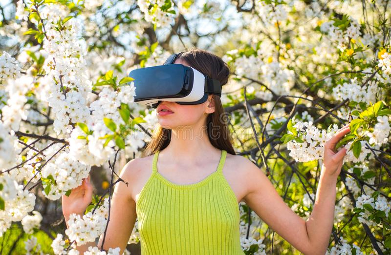 Να πάρει τα τρισδιάστατα καλολογικά στοιχεία Καινοτόμος τεχνολογία vr Όμορφο κορίτσι στην κάσκα εικονικής πραγματικότητας Το χαρι στοκ φωτογραφία