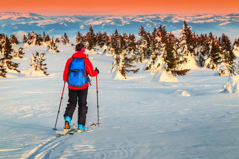 Να περιοδεύσει σκι στα βουνά στο ηλιοβασίλεμα, Τρανσυλβανία, Ρουμανία, Ευρώπη στοκ εικόνες