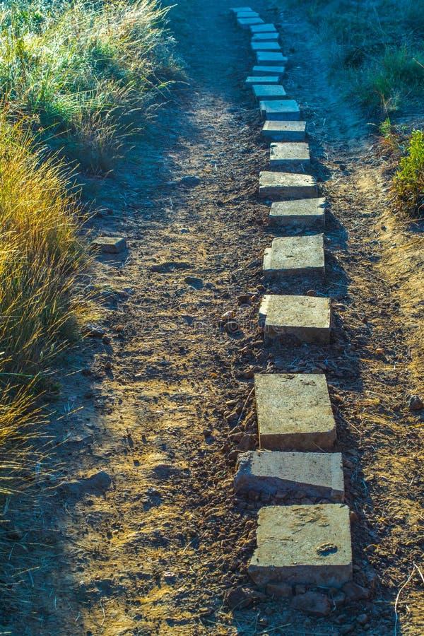Να περπατήσει πέτρες σε μια σκονισμένη διάβαση στοκ εικόνες