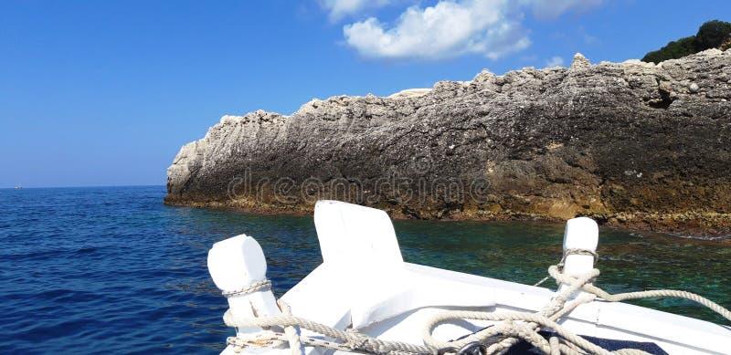 Να πλεύσει με τη βάρκα κάπου μεταξύ των βράχων θάλασσας στοκ εικόνες με δικαίωμα ελεύθερης χρήσης