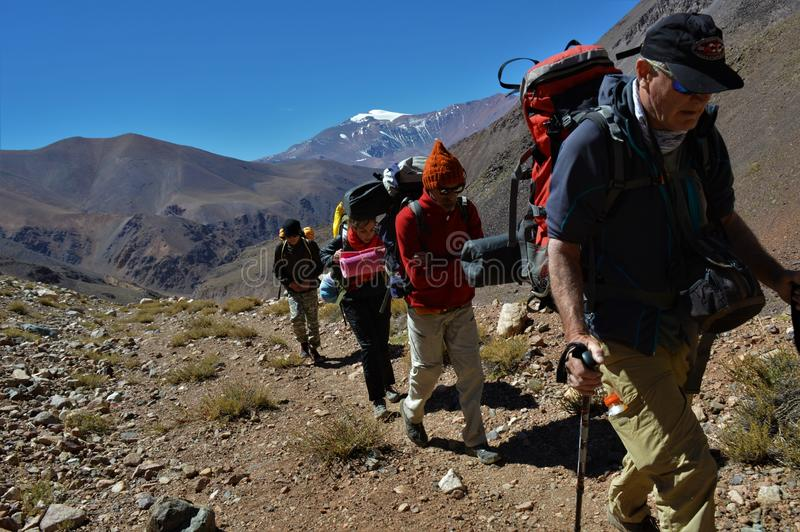 Να πραγματοποιήσει οδοιπορικό στο βουνό των Άνδεων στοκ εικόνες