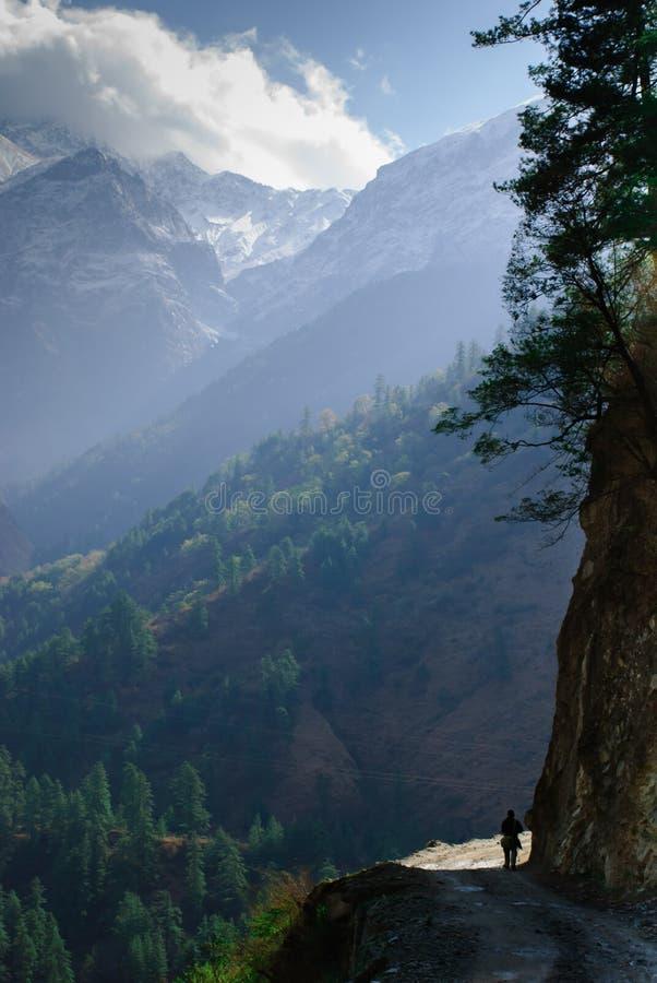 Να πραγματοποιήσει οδοιπορικό το mountainsin Νεπάλ κυκλωμάτων Annapurna ιχνών στοκ εικόνα