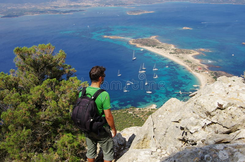 Να πραγματοποιήσει οδοιπορικό στη Σαρδηνία: στη σύνοδο κορυφής του νησιού Tavolara στοκ εικόνα με δικαίωμα ελεύθερης χρήσης