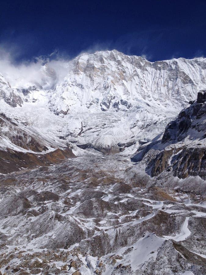 Να πραγματοποιήσει οδοιπορικό στο στρατόπεδο βάσεων Annapurna Ιμαλάια Νεπάλ στοκ φωτογραφία με δικαίωμα ελεύθερης χρήσης