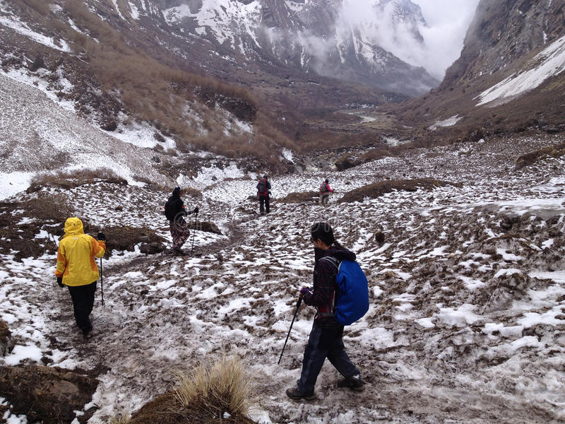 Να πραγματοποιήσει οδοιπορικό στο στρατόπεδο βάσεων Annapurna - Νεπάλ στοκ εικόνες