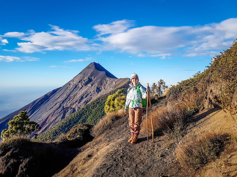 Να πραγματοποιήσει οδοιπορικό το ίχνος του ηφαιστείου Acatenango, Γουατεμάλα στοκ εικόνες