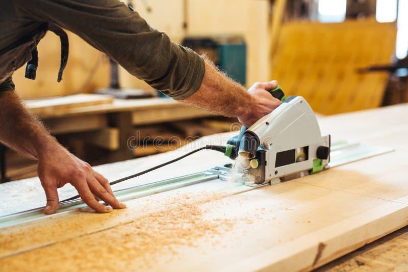Να πριονίσει ξυλουργών στοκ φωτογραφίες