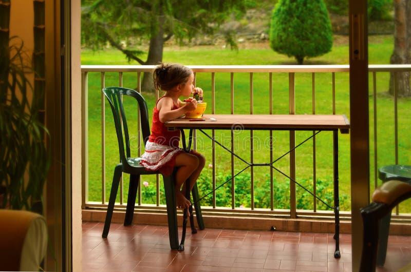 Να προγευματίσει μικρών κοριτσιών στοκ εικόνα