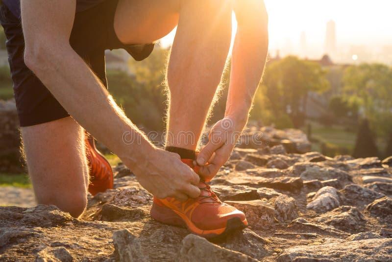 Να προετοιμαστεί για ένα τρέξιμο σε ένα πάρκο πόλεων στοκ εικόνες με δικαίωμα ελεύθερης χρήσης