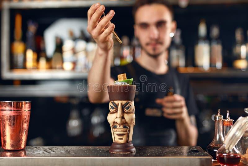 να προετοιμαστεί κοκτέιλ Bartender που κατασκευάζει το κοκτέιλ στο φραγμό στοκ εικόνες με δικαίωμα ελεύθερης χρήσης