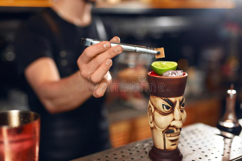 να προετοιμαστεί κοκτέιλ Bartender που κατασκευάζει το κοκτέιλ στο φραγμό στοκ εικόνα