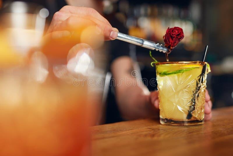 να προετοιμαστεί κοκτέιλ Bartender που κατασκευάζει το κοκτέιλ στο φραγμό στοκ φωτογραφία με δικαίωμα ελεύθερης χρήσης