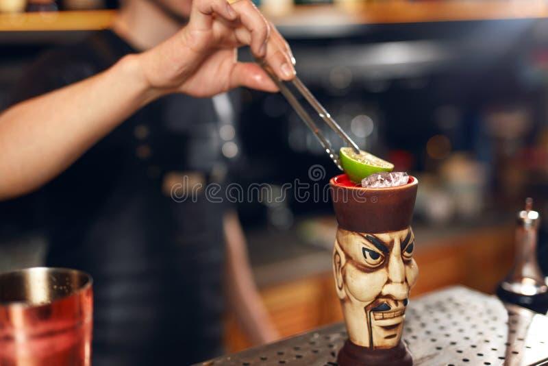 να προετοιμαστεί κοκτέιλ Bartender που κατασκευάζει το κοκτέιλ στο φραγμό στοκ φωτογραφίες