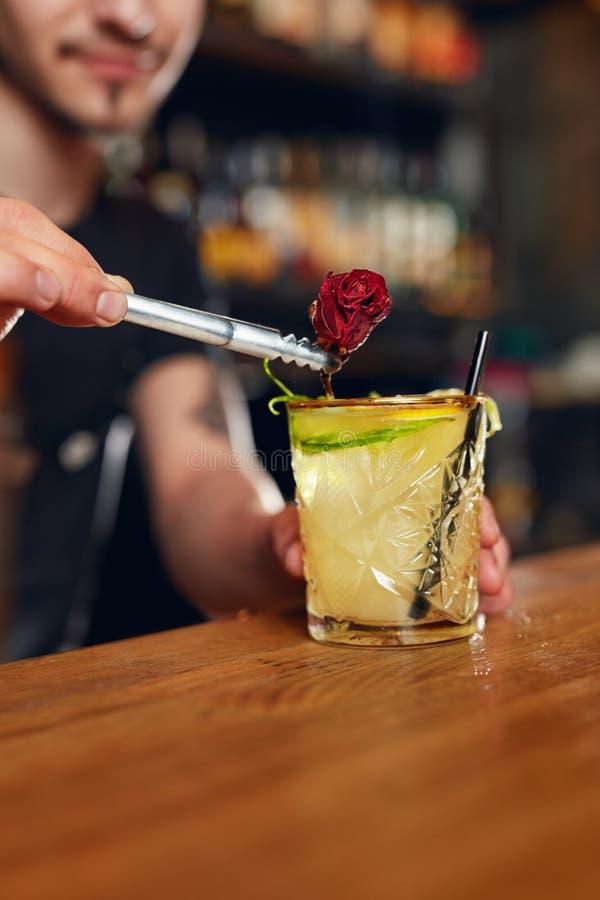 να προετοιμαστεί κοκτέιλ Bartender που κατασκευάζει το κοκτέιλ στο φραγμό στοκ εικόνες