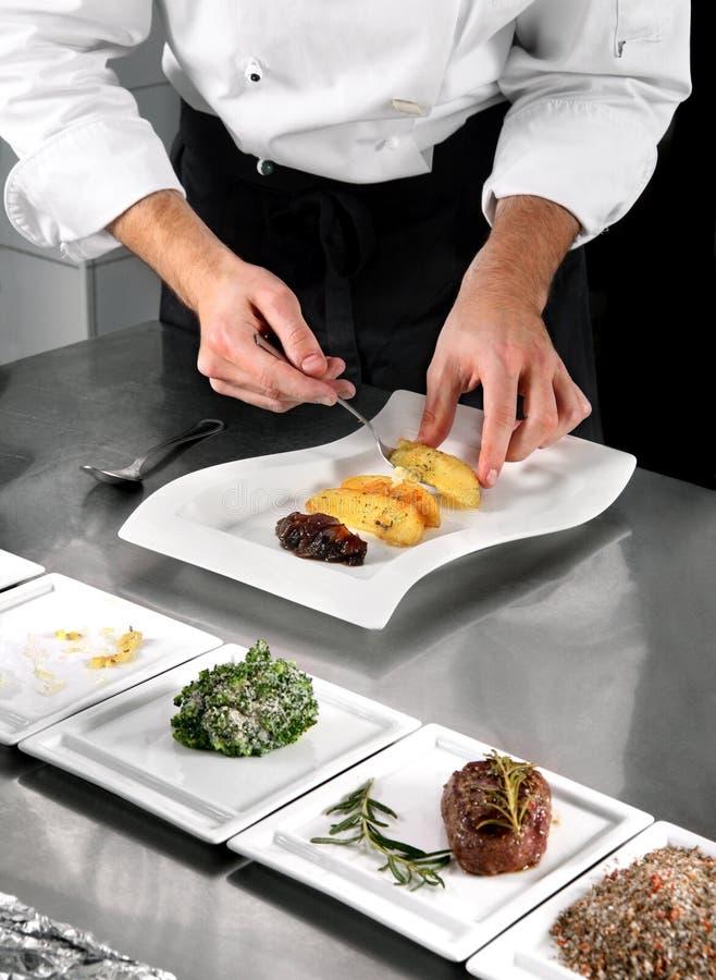 να προετοιμαστεί τροφίμων αρχιμαγείρων στοκ φωτογραφίες