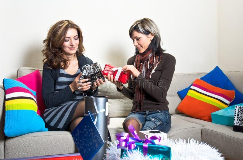 να προετοιμαστεί φίλων Χριστουγέννων παρουσιάζει στοκ φωτογραφίες