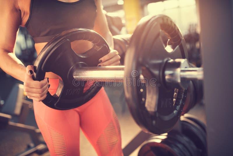 Να προετοιμαστεί barbell για την άσκηση στοκ φωτογραφία με δικαίωμα ελεύθερης χρήσης