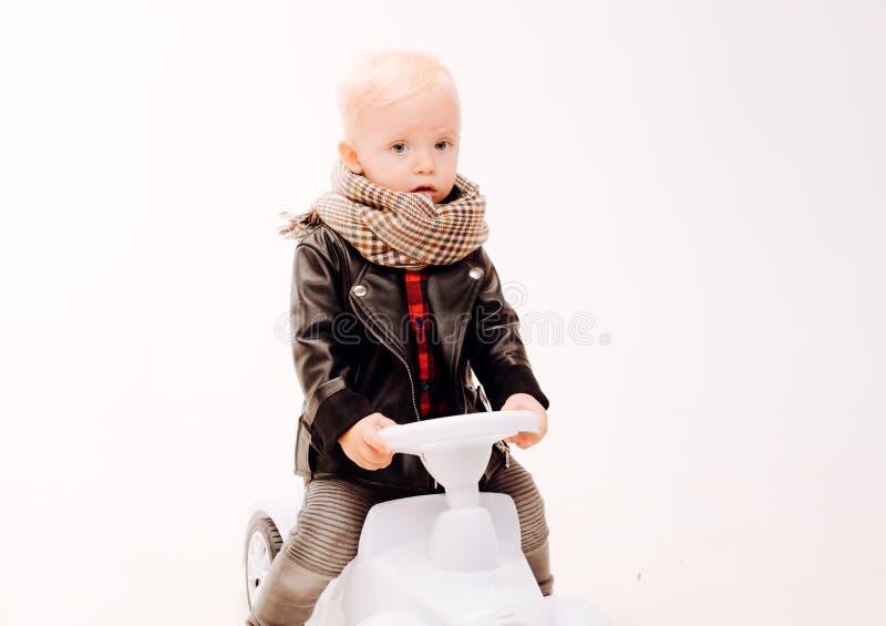 Να προχωρήσει με την ώθηση των ποδιών του Λίγο μωρό απολαμβάνει στον παιδικό σταθμό Το μικρό μικρό παιδί χτίζει την ισορροπία και στοκ εικόνα