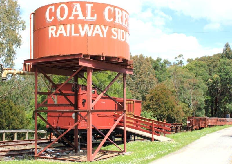 Να πλαισιώσει σιδηροδρόμων κολπίσκου άνθρακα δεξαμενή νερού στοκ φωτογραφία