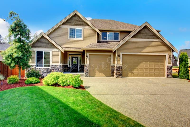 Να πλαισιώσει το σπίτι με την περιποίηση πετρών και τη στέγη κεραμιδιών στοκ εικόνες