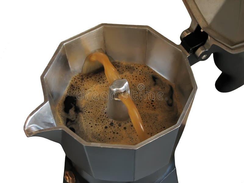 Να ρίξει καφές σε έναν κατασκευαστή καφέ geyser-τύπων στοκ φωτογραφίες