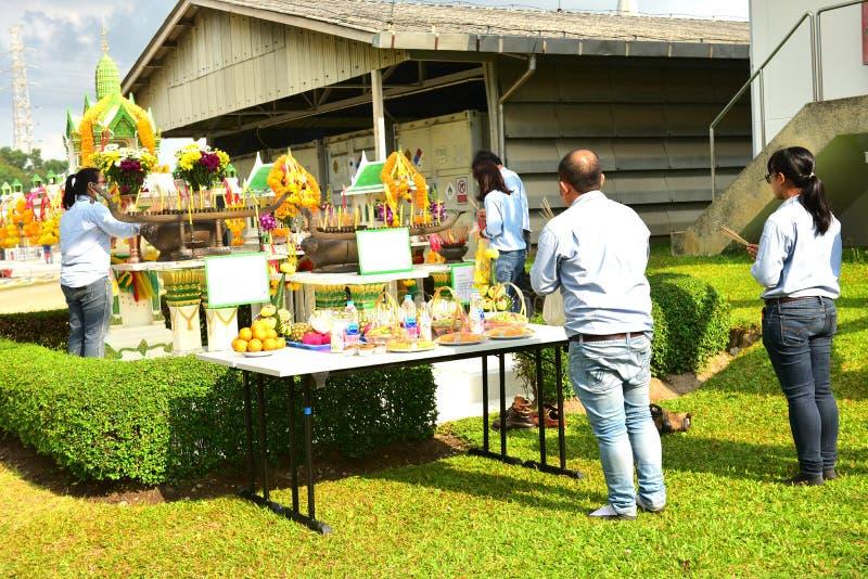 Να σέβεσαι τον Ναό και την παραδοσιακή προσφορά στην Ταϊλάνδη, φαγητό, φρούτα στοκ φωτογραφίες
