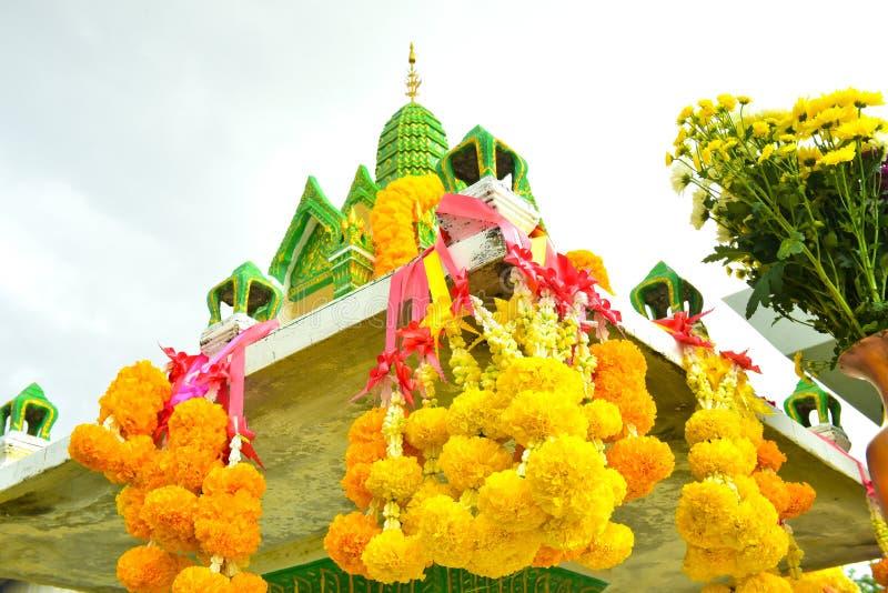 Να σέβεσαι τον Ναό και την παραδοσιακή προσφορά στην Ταϊλάνδη, φαγητό, φρούτα στοκ φωτογραφία