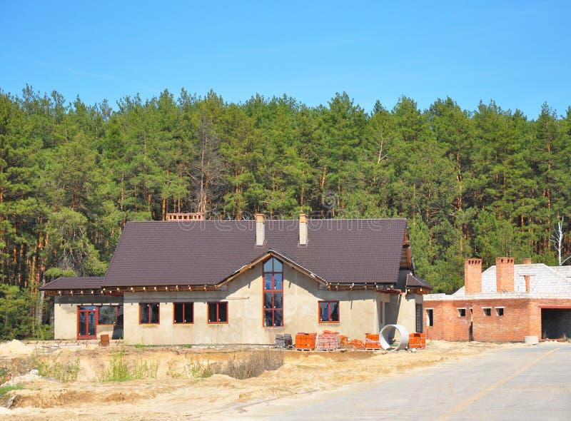 Να στηριχτεί το νέο προαστιακό σπίτι στο δασικό υπόβαθρο στοκ εικόνα με δικαίωμα ελεύθερης χρήσης