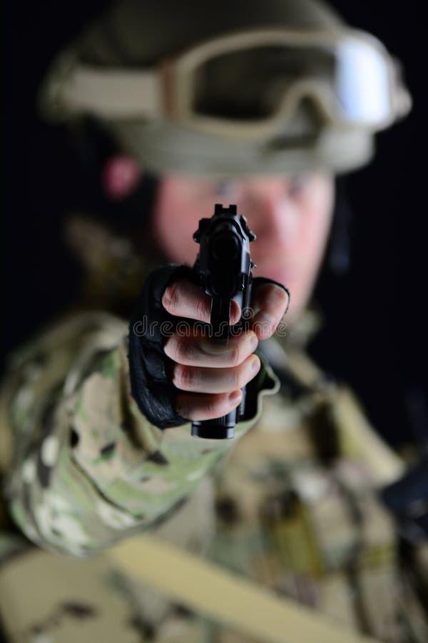 Να στοχεύσει με ένα πυροβόλο όπλο στοκ φωτογραφίες