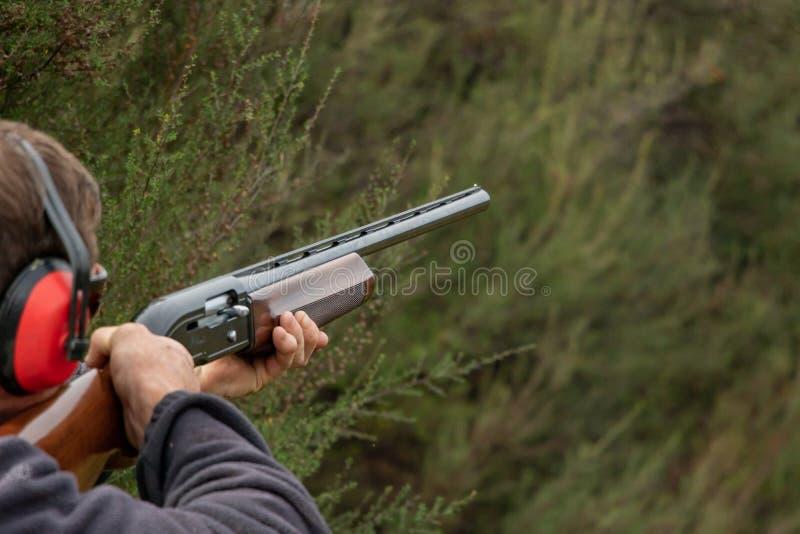 Να στοχεύσει το κυνηγετικό όπλο για το πυροβολισμό Skeet στοκ εικόνες