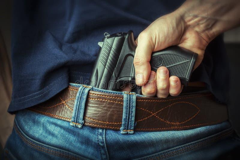 να στοχεύσει το χέρι πυροβόλων όπλων beretta απομόνωσε το έτοιμο ύφος βλαστών στο λευκό όπλων στοκ φωτογραφία με δικαίωμα ελεύθερης χρήσης