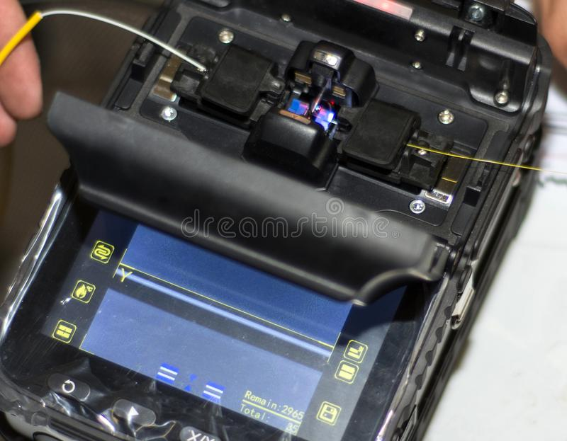 Να συνδέσει το οπτικό καλώδιο ινών με Splicer τήξης οπτικής ίνας το επαγγελματικό εργαλείο οργάνων στοκ φωτογραφία