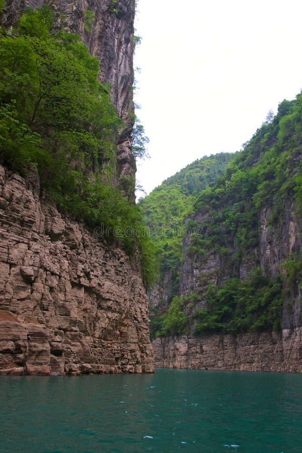 Να ταξιδεψει μέσω λιγότερο από τρία φαράγγια στο ρεύμα θεών από τον ποταμό Yangtze στην Κίνα στοκ εικόνες