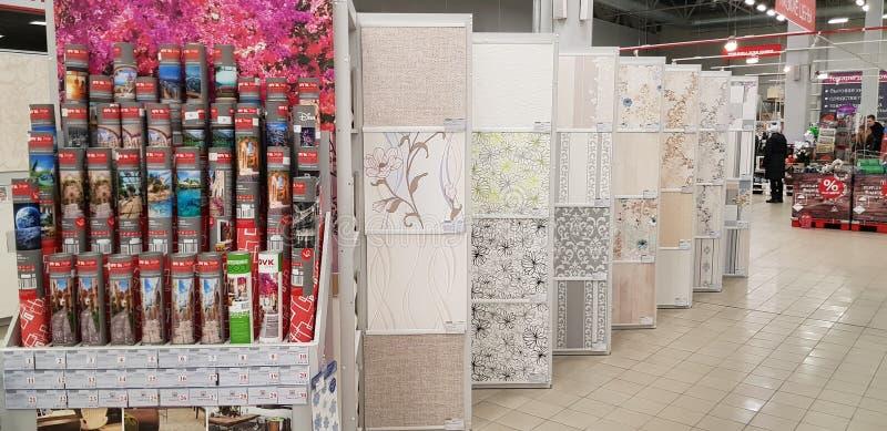 Να τοποθετήσει σε ράφι με τη διάφορη ταπετσαρία σε ένα μεγάλο κατάστημα οικοδομικών υλικών στοκ εικόνες με δικαίωμα ελεύθερης χρήσης