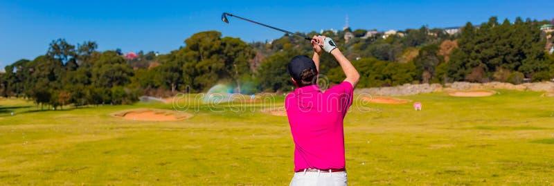 Να τοποθετήσει στο σημείο αφετηρίας ατόμων μακριά σε ένα γήπεδο του γκολφ με έναν οδηγό στοκ εικόνες