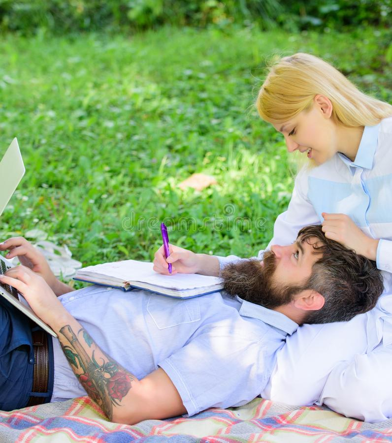 Να υπομείνει την οικογενειακές επιτυχία και την καινοτομία Ζεύγος ερωτευμένο ή σε απευθείας σύνδεση επιχείρηση οικογενειακής εργα στοκ εικόνα