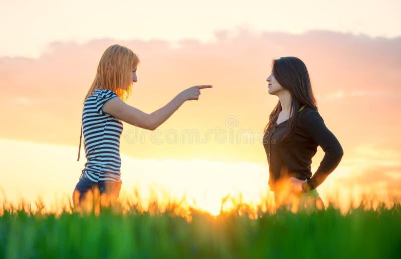 Να υποστηρίξει κοριτσιών που δείχνουν ένα δάχτυλο και αδιαφορία στοκ φωτογραφία με δικαίωμα ελεύθερης χρήσης