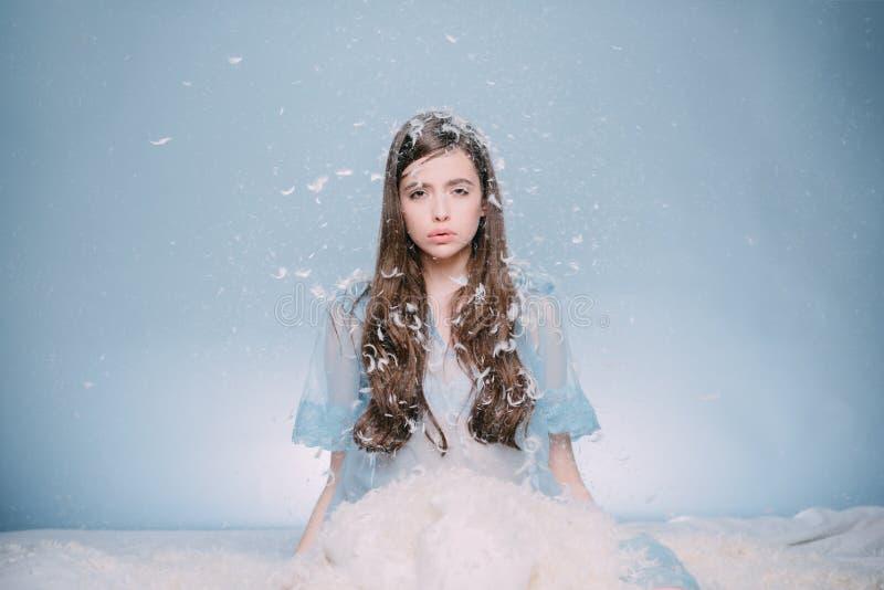 να φανεί τρομερός Όμορφο κορίτσι lingerie nightie με το φτερό σε μακρυμάλλη Νέο μεταξωτό μπλε nightie ένδυσης γυναικών χαριτωμένο στοκ εικόνες